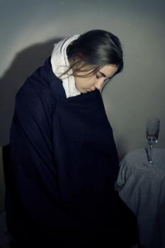 Пьяная уставшая женщина