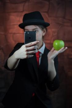 Селфи с яблоком